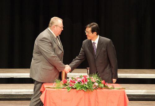 中国人民解放军总政歌舞团团长、作曲家、 印青先生,匈牙利音乐教